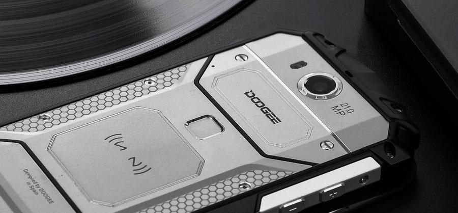 Doogee S60 Silver имеет полную защиту от воды и пыли в соответствии с сертификатом IP68.