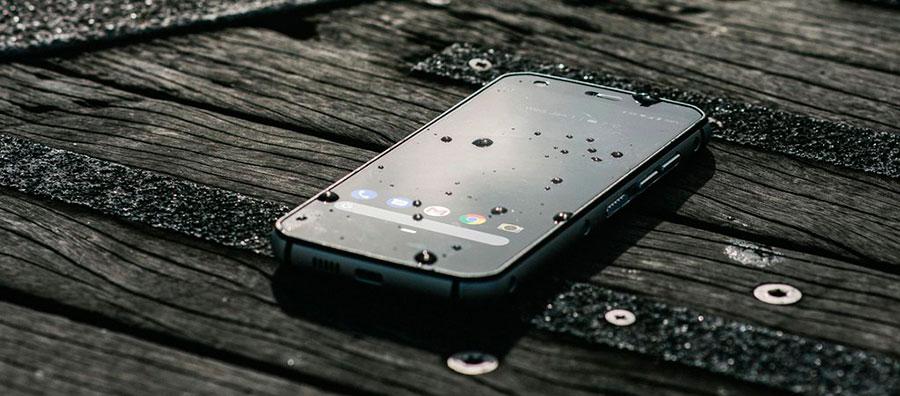Cat S52 несмотря на защищённость, смартфон ощутимо компактнее многих собратьев.