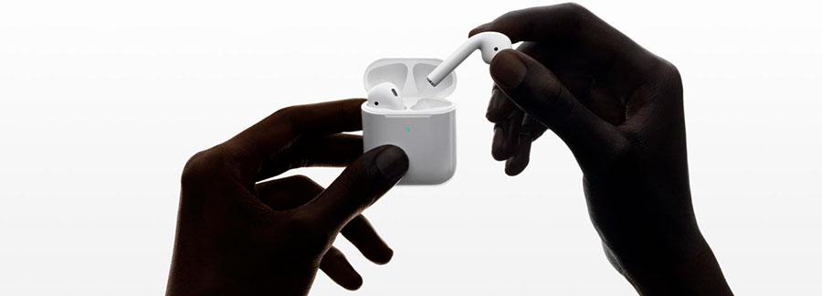 """Apple AirPods 2019 (2 поколения) with Wireless Charging Case  Тип — разновидность наушников по типу их использования. Могут быть наушники с микрофоном (модели с микрофоном, чаще всего встроенным в кабель, для таких наушников характерно хорошее качество звука и возможность использования в качестве гарнитуры вместе с мобильными устройствами. Большинство подобных наушников обладают четырехконтактными разъемами mini Jack 3.5 mm), без микрофона (модели для персонального прослушивания звуковых записей, в подобных моделях отсутствует микрофон и нет возможности использования в качестве гарнитуры), гарнитуры для компьютера (гарнитуры, предназначенные для использования вместе с компьютерами, оборудованы микрофонами разных форм-факторов. В качестве соединительного разъема могут использоваться два штекера mini Jack 3.5 mm, один из которых предназначен для подключения микрофона, а второй для подключения наушников или интерфейс USB. Компьютерные гарнитуры могут быть беспроводными или проводными. ), гарнитура для телефона (наушники с микрофоном, предназначенные для использования вместе с мобильными телефонами. Зачастую подобные гарнитуры идут в комплекте с мобильными телефонами и могут иметь фирменный проприетарный разъем. Рассчитаны для общения и не обладают высоким качеством звука) TWS (""""полностью беспроводные"""")"""